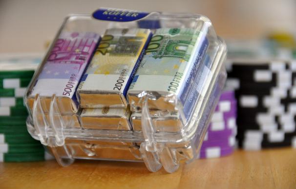 Fotografía de un cofre con dinero.
