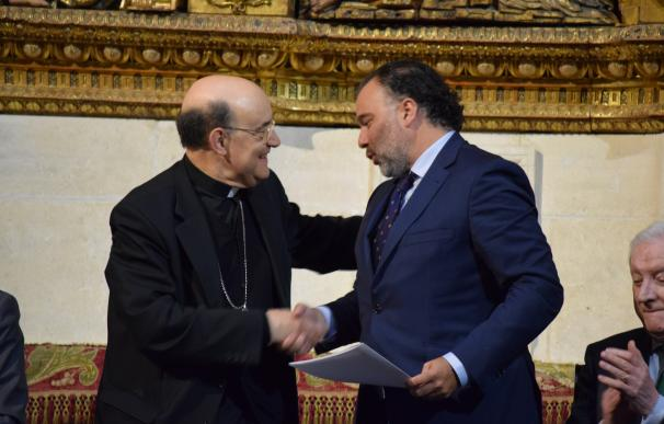 El presidente de Henneo, Fernando de Yarza López-Madrazo, junto con el arzobispo de la diócesis de Burgos y presidente del Patronato de la Fundación, Fidel Herráez.
