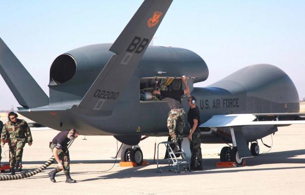 Tareas de mantenimiento de un dron Global Hawk en la Base de la Fuerza Aérea de Beale, California (Fuerza Aérea de EEUU / Stacey Knott)