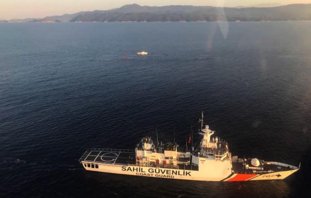 El guardacostas turco, Sahil Guevenlik, busca a refugiados supervivientes. EFE/EPA/