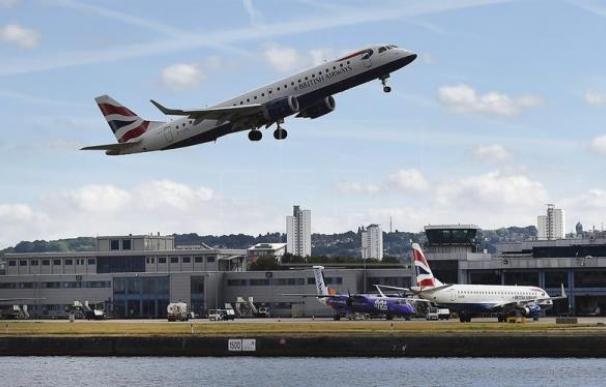 Un avión de British Airways despega del London City Airport.