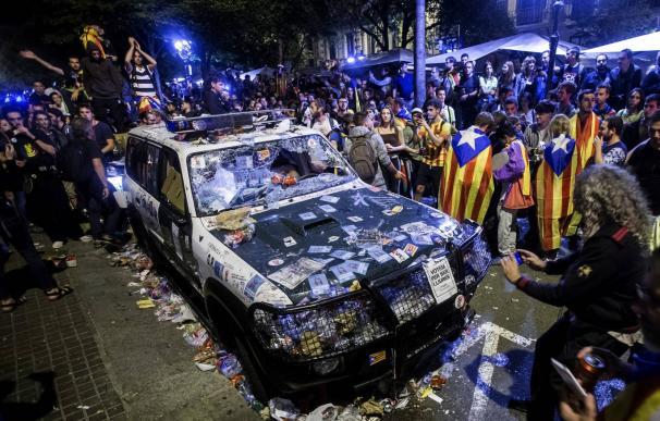 Así quedó un vehículo de la Guardia Civil tras la concentración en la consejería de Economía del 20-S