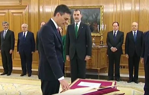 Pedro Sánchez promete su cargo ante el Rey sin símbolos religiosos