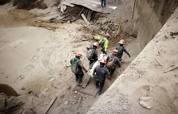 Aumenta a 69 los muertos por erupción volcán en Guatemala