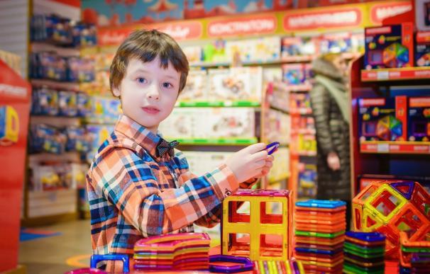 Niño en tienda de juguetes