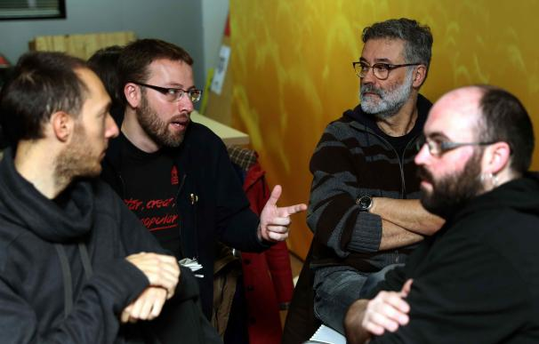 Los diputados de la CUP, Carles Riera (d) y Vidal Aragonés (i), en la sede de su partido (EFE/Toni Albir)