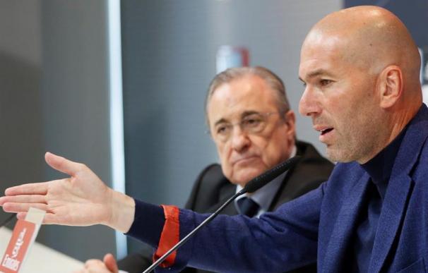 Fotografía de Zidane y Florentino Pérez en la rueda de prensa de despedida del entrenador.
