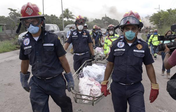 Rescatistas evacúan varios cuerpos hallados este miércoles