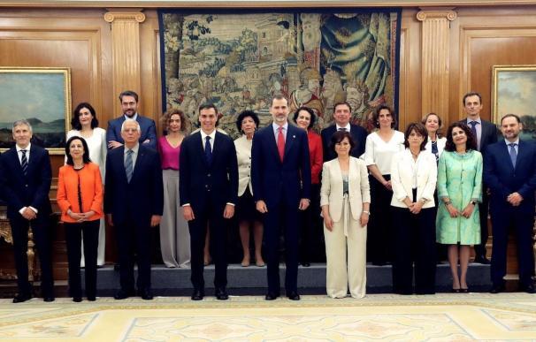 El rey Felipe VI con el nuevo Gobierno de Pedro Sánchez.
