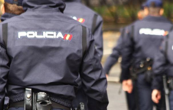 Policía espaldas