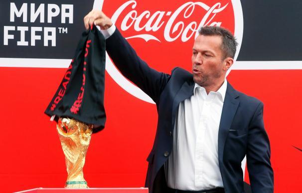 El exfutbolista alemán Lothar Matthaeus presenta el trofeo de la Copa del Mundo en Moscú, el 3 de junio de 2018. EFE / MAXIM SHIPENKOV