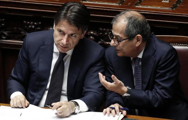 El nuevo presidente del Gobierno italiano, Giuseppe Conte (izq), conversa con su ministro de Economía, Giovanni Tria el 6 de junio de 2018. EFE/ Riccardo Antimian