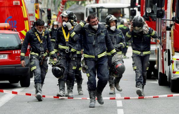 Los bomberos trabajan en el Paseo del General Martínez Campos
