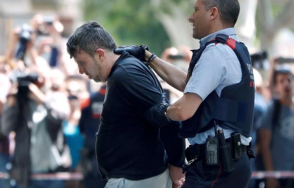 Un mosso conduce al detenido por la muerte de Laia