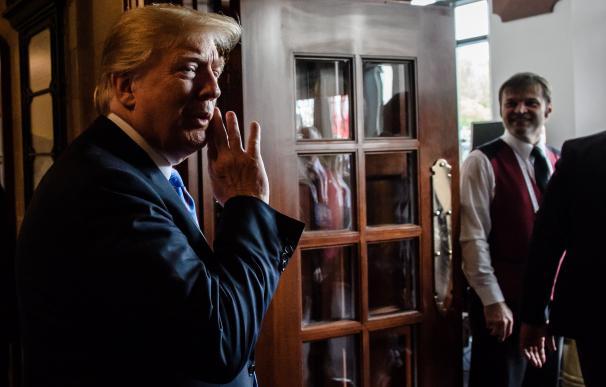 El presidente estadounidense, Donald J. Trump, habla con los medios antes de su partida de la cumbre del G7 en Charlevoix, Canadá, el 9 de junio de 2018. EFE / EPA / CLEMENS BILAN