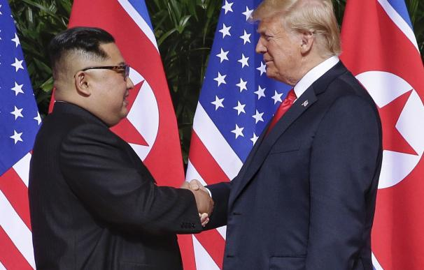 Donald J. Trump y el líder norcoreano, Kim Jong-un se dan la mano al comienzo de una cumbre histórica