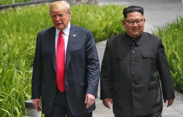 Donald J. Trump y Kim Jong-un dan un paseo por los jardines del hotel Capella