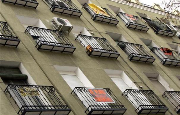 Carteles de viviendas en venta en un inmueble de Madrid. EFE/Archivo