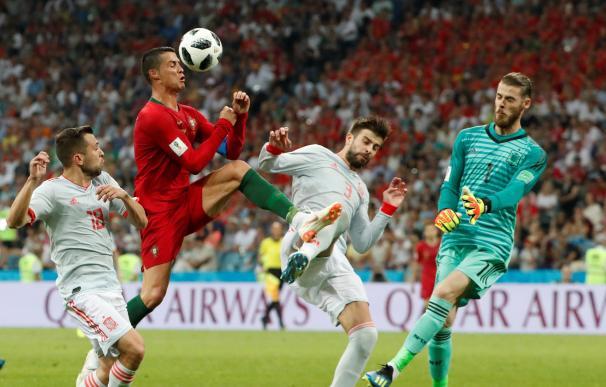 Cristiano Ronaldo en un lance ante De Gea./ EFE