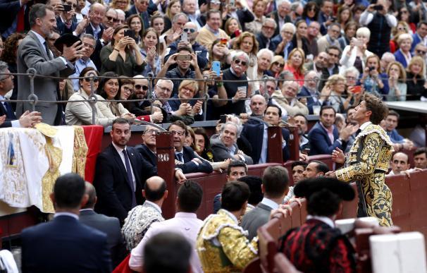 El diestro Manuel Escribano (d) brinda al rey Felipe VI (i) su primer toro en la tradicional Corrida de la Prensa de Madrid, último festejo de la feria de San Isidro (EFE/Javier Lizón)