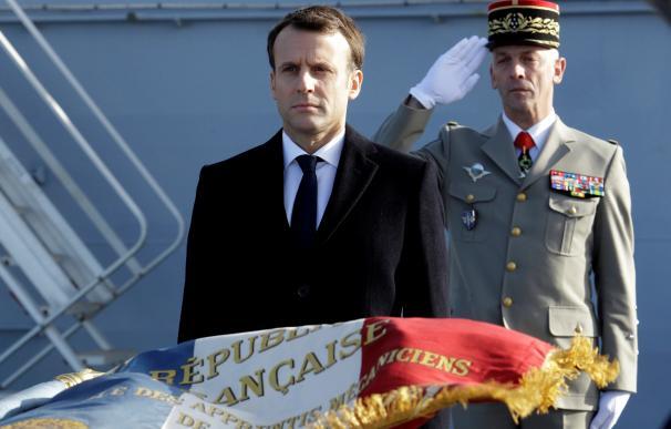 El presidente galo, Emmanuel Macron (i), junto al general François Lecointre, jefe de personal de la Armada francesa (EFE/ Claude Paris)