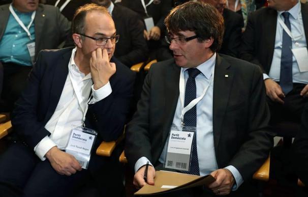 El presidente de la Generalitat, Carles Puigdemont junto al conseller de Presidencia, Jordi Turull