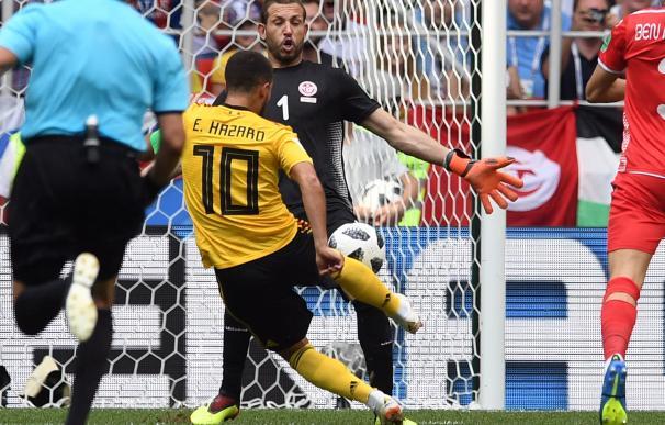 Eden Hazard se dispone a anotar el 4-1 durante el encuentro de la fase preliminar del grupo G entre Bélgica y Túnez en Moscú, el 23 de junio de 2018. (EFE/EPA/FACUNDO ARRIZABALAGA)