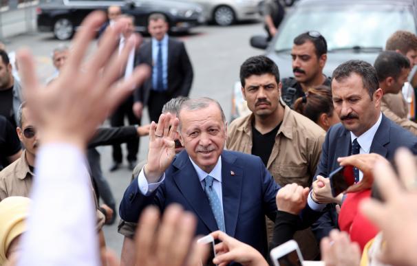 El presidente turco Erdogan (C) saluda a sus partidarios tras depositar su voto (EFE/EPA/ERDEM SAHIN)