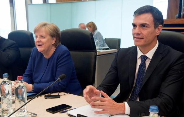 Pedro Sánchez junto a Merkel en la minicumbre