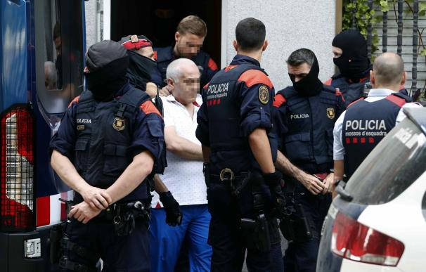 Los Mossos trasladan del domicilio en la calle Torrent d'en Grau de Badalona a uno de los detenidos