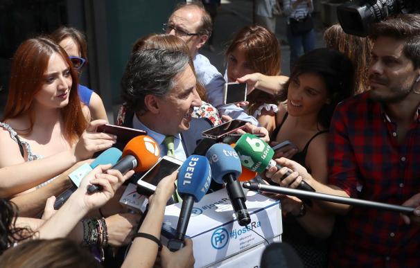 García Hernández, habla ante las puertas de Génova. /EFE