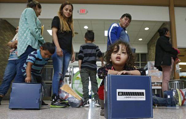 Familias migrantes son procesadas en la Estación Central de Autobuses en Texas