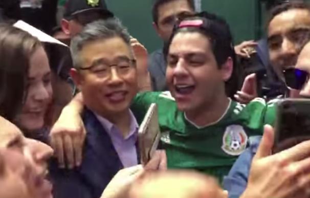 Fotografía del embajador de Corea del Sur celebrando con los mexicanos.