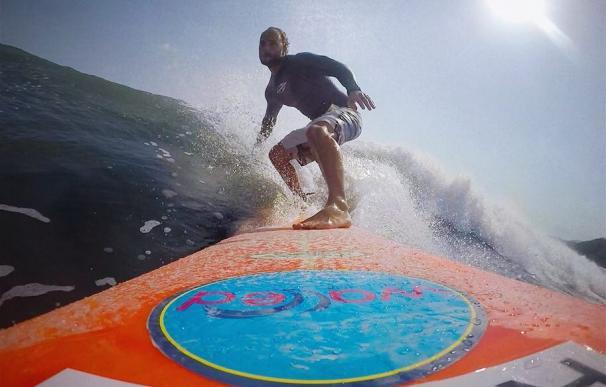 Fotografía de Bastian Barnbeck surfeando.