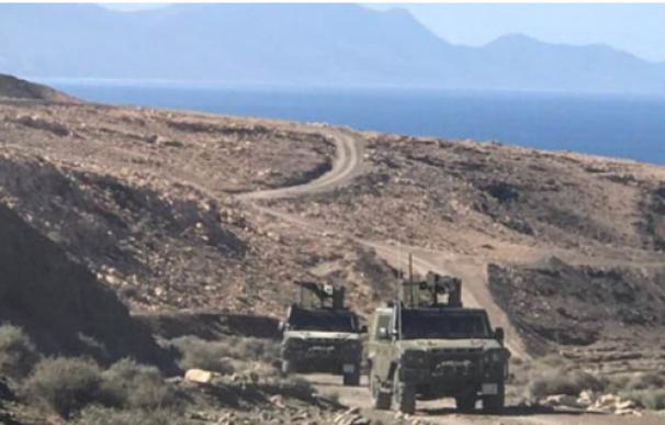 Vehículos militares participan en unas maniobras en Canarias