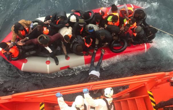 Rescate realizado por la Guardamar Polimnia de los ocupantes de una patera el pasado 25 de abril (Foto: Salvamento Marítimo)