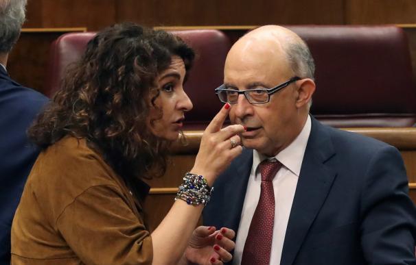 La ministra de Hacienda, María Jesús Montero, y su predecesor, Cristóbal Montoro
