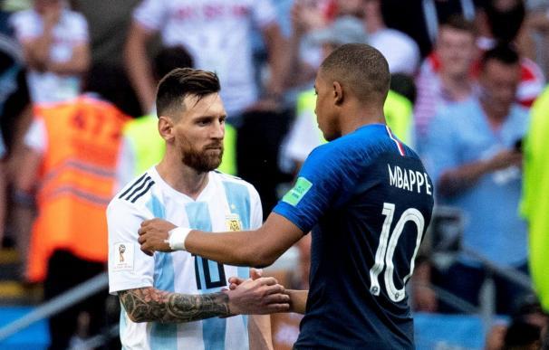Lionel Messi y Kylian Mbappe se saludan tras el partido entre Francia y Argentina que supuso la eliminación de la albiceleste (Foto: Cordon Press)