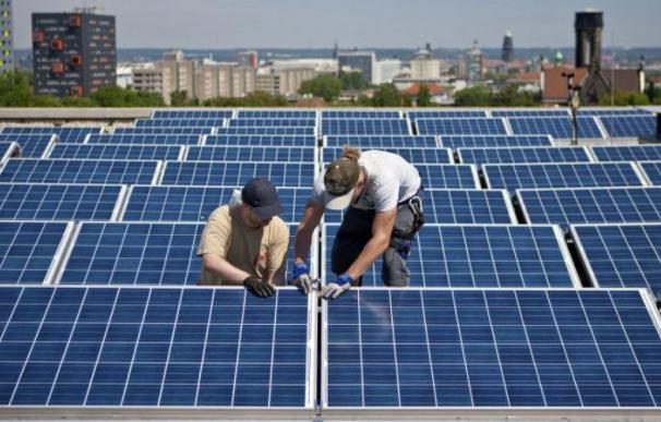 Instalación de paneles fotovoltaicos en un edificio.