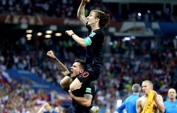 Modric, llevado a hombros por un compañero tras ganar a Rusia