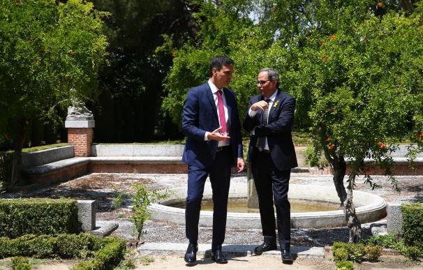 Sánchez y Torra en los jardines de Moncloa