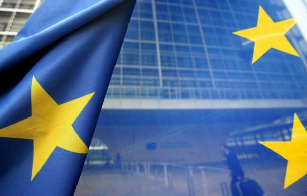 Fotografía de archivo que muestra una bandera de la Unión Europea frente a la sede de la Comisión Europea (CE). (EFE/OLIVER HOSLET)