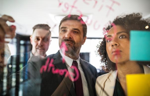 Los CEO se pasan el día rodeados de gente / Pexels