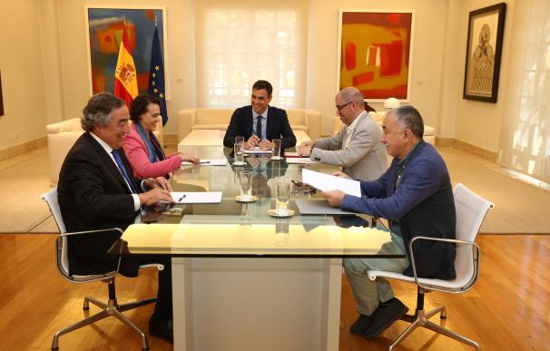 Pedro Sánchez saluda a Juan Rosell en Moncloa