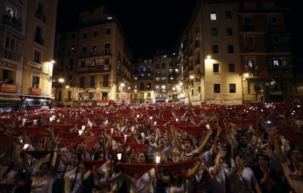 """Miles de personas despiden los Sanfermines de 2018 con velas encendidas y entonando el tradicional """"Pobre de mí"""". EFE/Jesús Diges"""