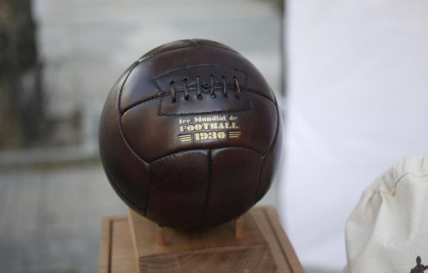 Fotografía de una réplica del balón que se utilizó en el Mundial de Fútbol de 1930, en Montevideo (Uruguay). EFE/Alejandro Prieto