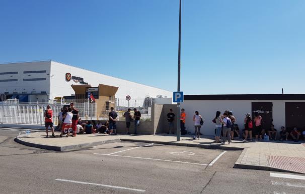 Una de las puertas del centro logístico de Amazon en huelga.