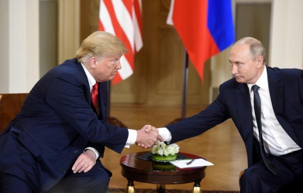 Trump y Putin, se dan la mano antes de la reunión.