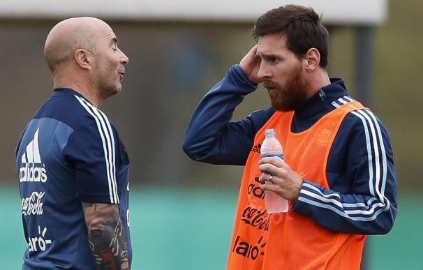 Fotografía de Sampaoli y Messi durante un entrenamiento.