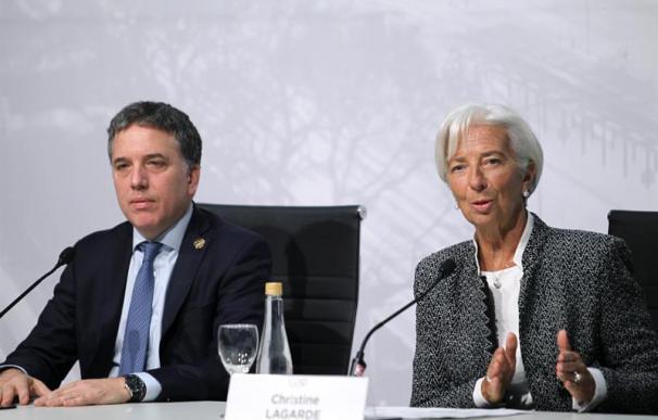 El ministro de Hacienda y Finanzas de Argentina, Nicolás Dujovne (i), junto a la directora del Fondo Monetario Internacional (FMI), Christine Lagarde,